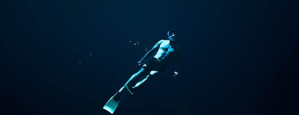 Mężczyzna w stroju nurka w wodzie. /Ilustracja: Plemniki Quiz