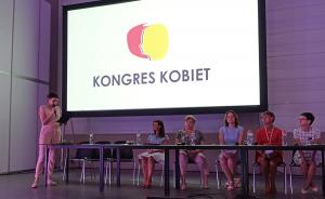 X Kongres Kobiet - Aneta Grinberg-Iwańska wręcza dyplomy uznania uczestniczkom panelu o in vitro