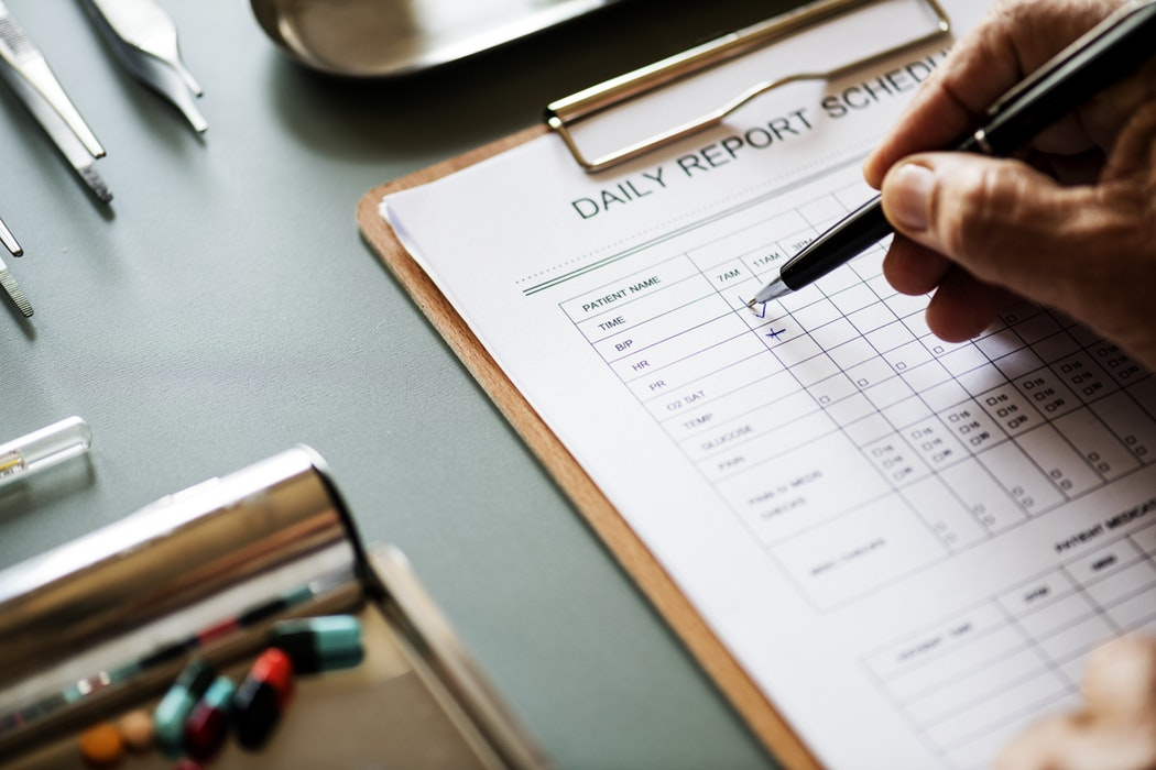 Dłoń wypisuje dzienny raport medyczny /Ilustracja do tekstu: Opieka farmaceutyczna w Polsce - wkrótce będzie możliwa?