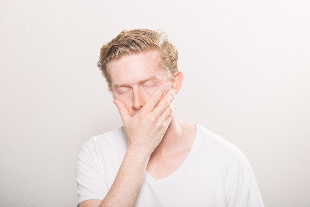 Zmartwiony mężczyzna trzyma się za twarz /Ilustracja do tekstu: Rak prostaty: leczenie sekwencyjne nie na NFZ