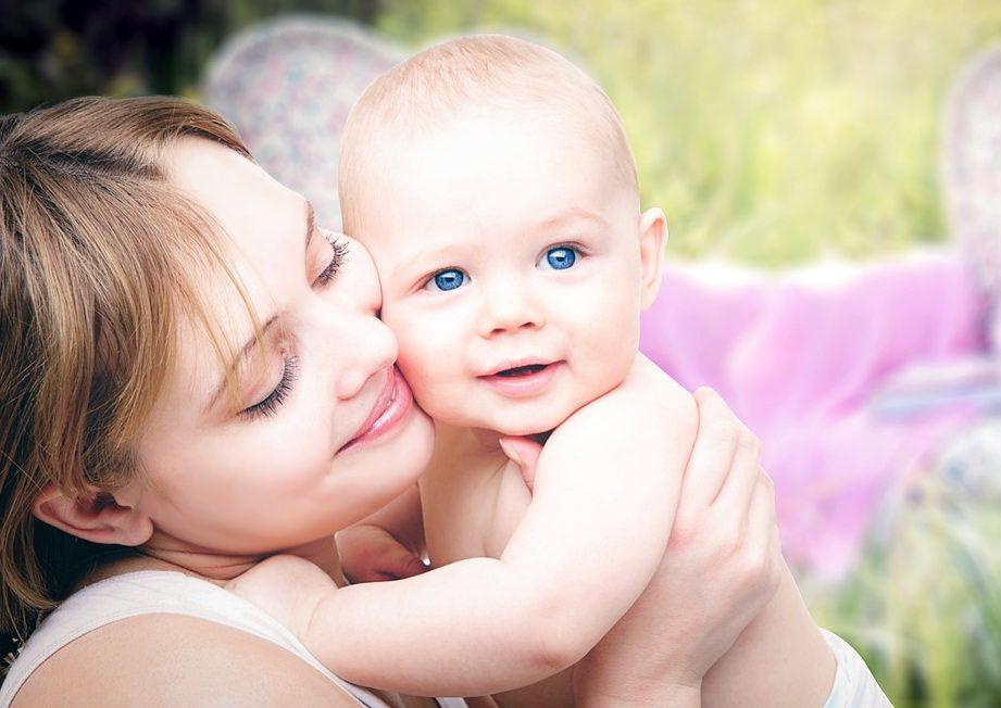 Mama z uśmiechniętym dzieckiem na rękach /Ilustracja do tekstu: Mlekoteka - Akcja Finałowa /Bakteryjna szczepionka dla dzieci po cesarskim cięciu