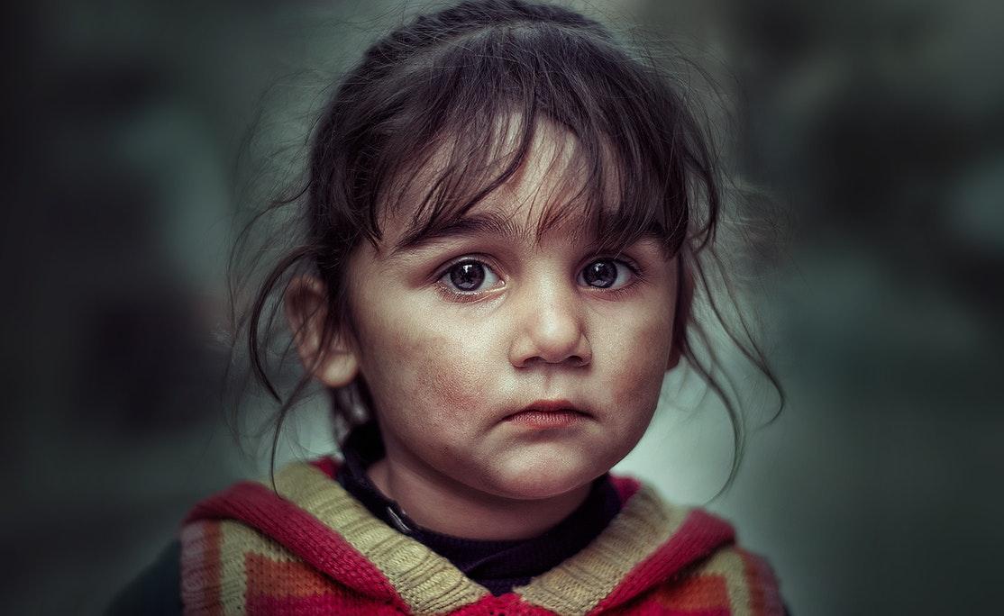 Mała dziewczynka o smutnych oczach /Ilustracja do tekstu: Nowelizacja ustawy o wspieraniu rodziny wesprze rodziców stosujących przemoc?