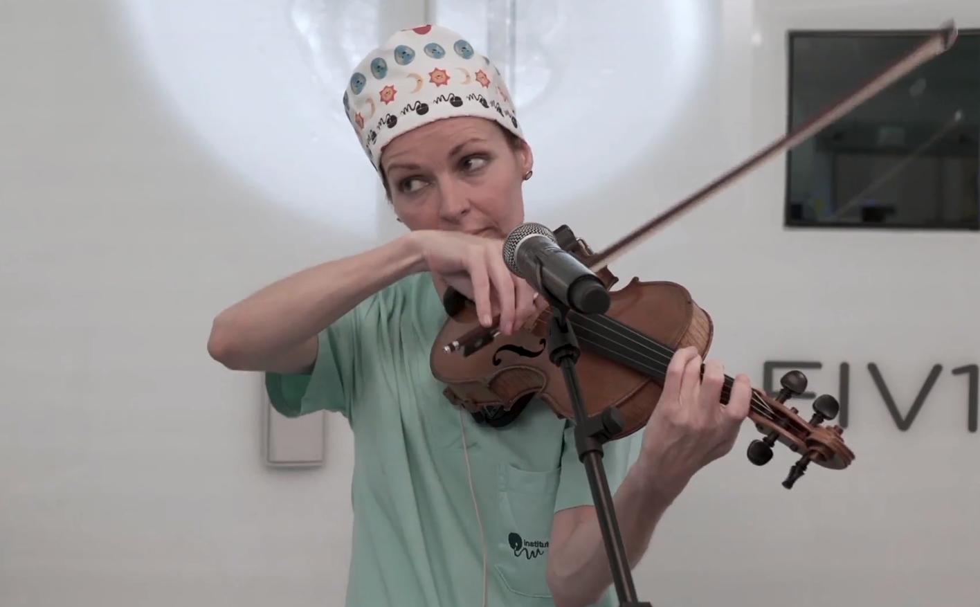 Sharon Corr śpiewa i gra na skrzypcach w Instituto Marques /Ilustracja do tekstu: Sharon Corr zaśpiewała dla zarodków z in vitro w Instituto Marques