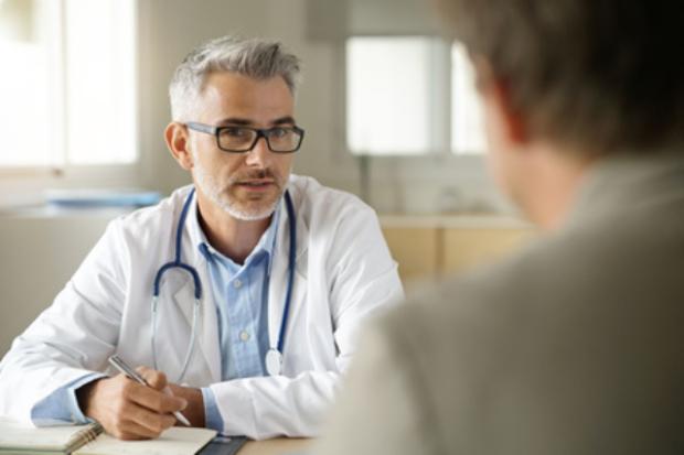 Lekarz podczas konsultacji z pacjentem /Ilustracja do tekstu: Oligospermia: przyczyny, leczenie /Prostata a płodność