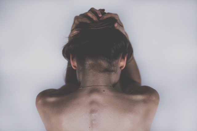 Smutna kobieta odwrócona tyłem; trzyma dłonie na głowie /Ilustracja do tekstu: Prawo do aborcji a klauzula sumienia. Historia Agaty