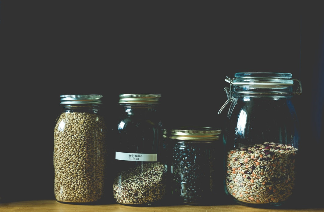 Kasze w słoikach; środkowa z podpisem: quinoa. /Ilustracja do tekstu: Przewodnik po kaszach. Kasze bezglutenowe, kasze z glutenem