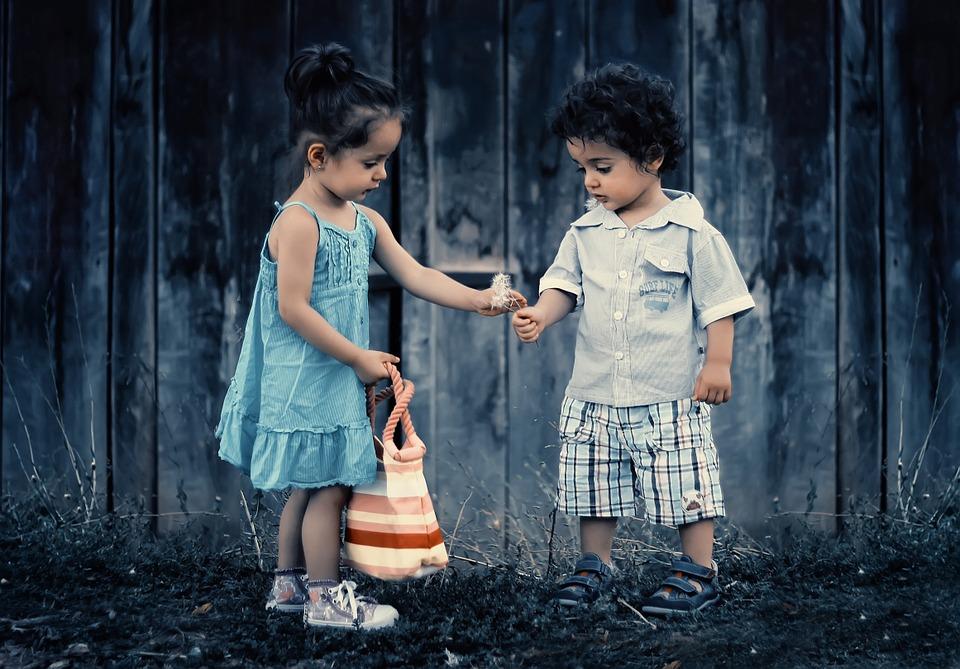 Dwójka kilkuletnich dzieci podczas wspólnej zabawy w plenerze /Ilustracja do tekstu: Piknik z bajką adopcyjną