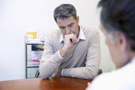Reaktywne formy tlenu a niepłodność męska /Na zdjęciu: Zmartwiony mężczyzna podczas wizyty u androloga