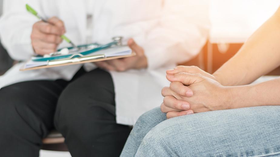 Konsultacja lekarska: lekarz i pacjentka/Ilustracja do tekstu: Menopauza, premenopauza: objawy