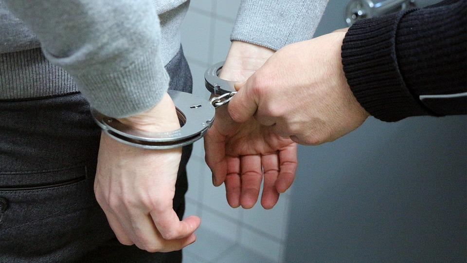 Mężczyzna zakuwany w kajdanki /Ilustracja do tekstu: Polski ginekolog gwałcił pacjentki? Jest 5 ofiar