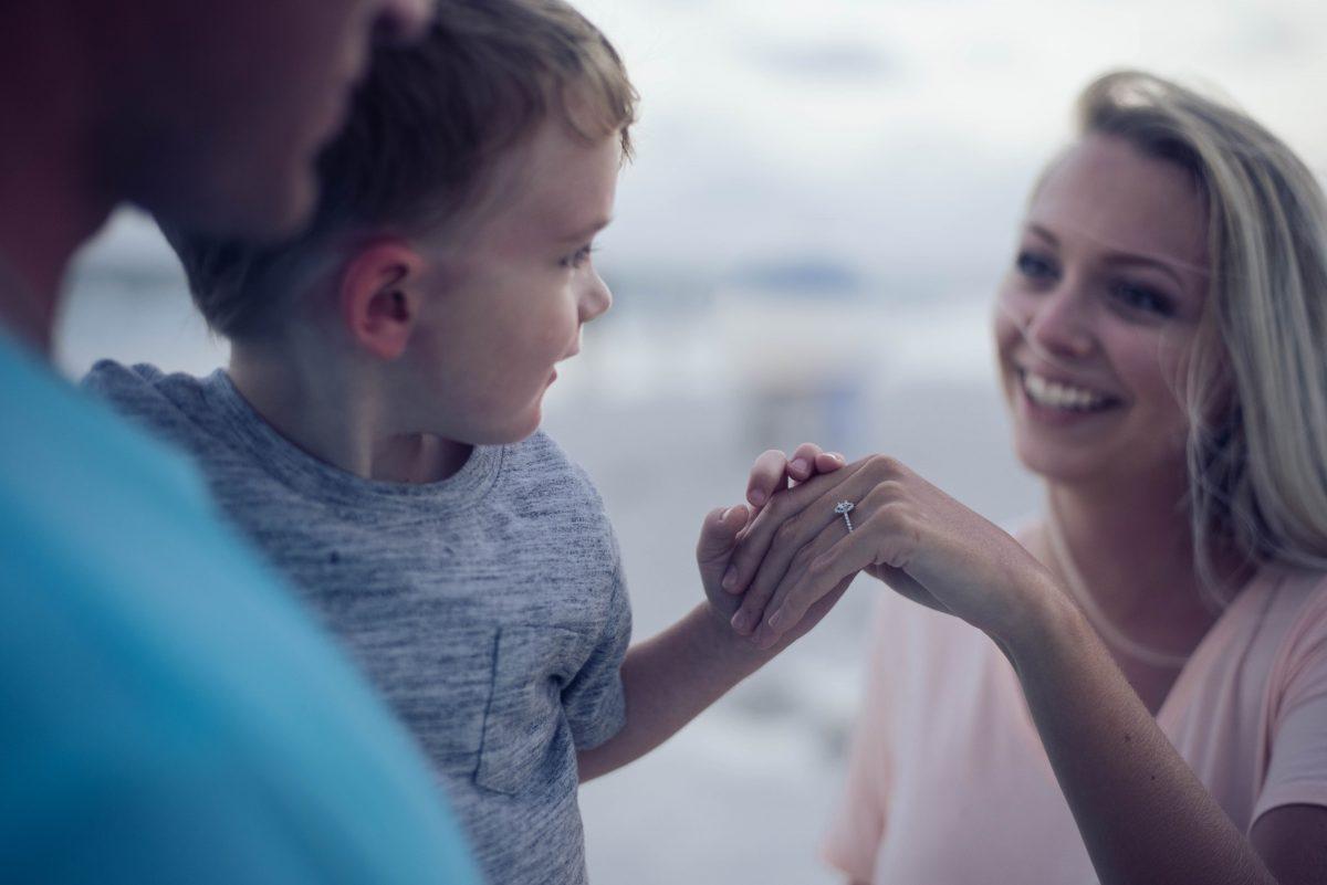 Procedury adopcyjne w Polsce /Na zdjęciu: tata trzyma małego chłopca na rękach, obok mama - trzyma dziecko za rękę