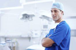 Lekarz na sali zabiegowej /Ilustracja do tekstu: Biopsja jąder w azoospermii