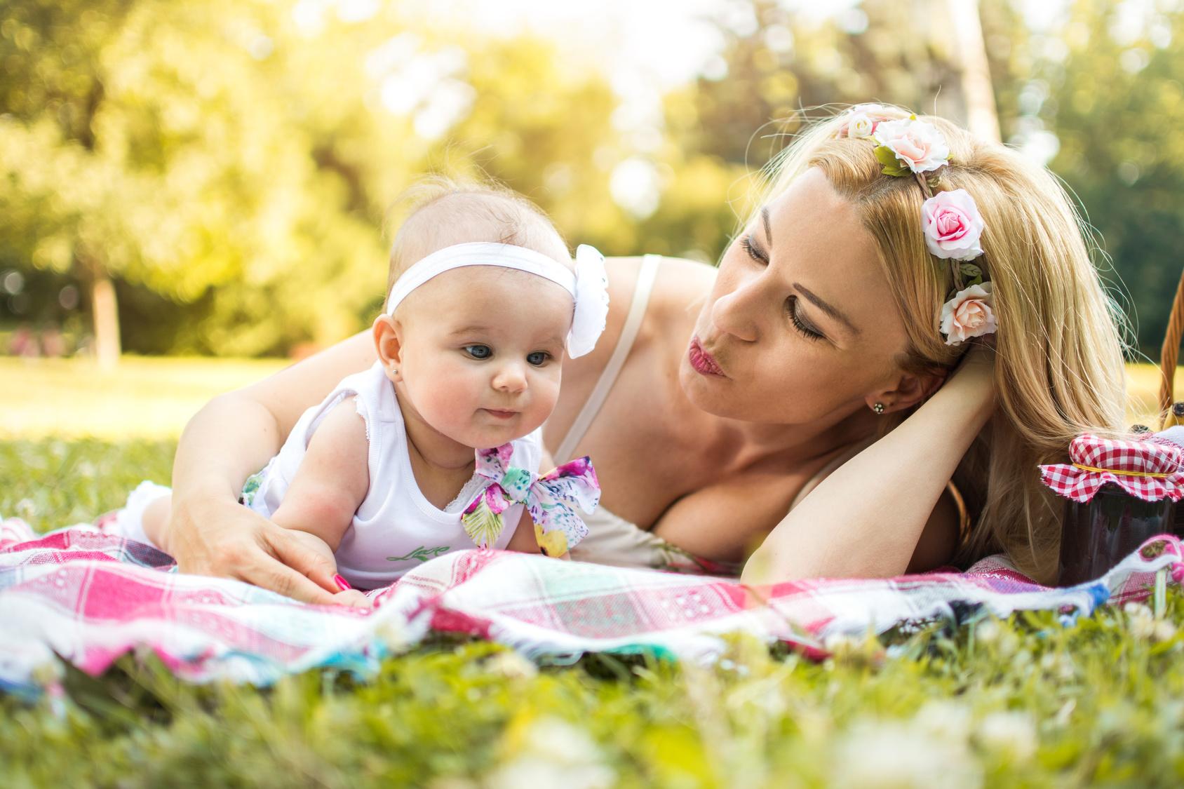 Mama z niemowlęciem w parku /Ilustracja do tekstu: Noworodek a upały