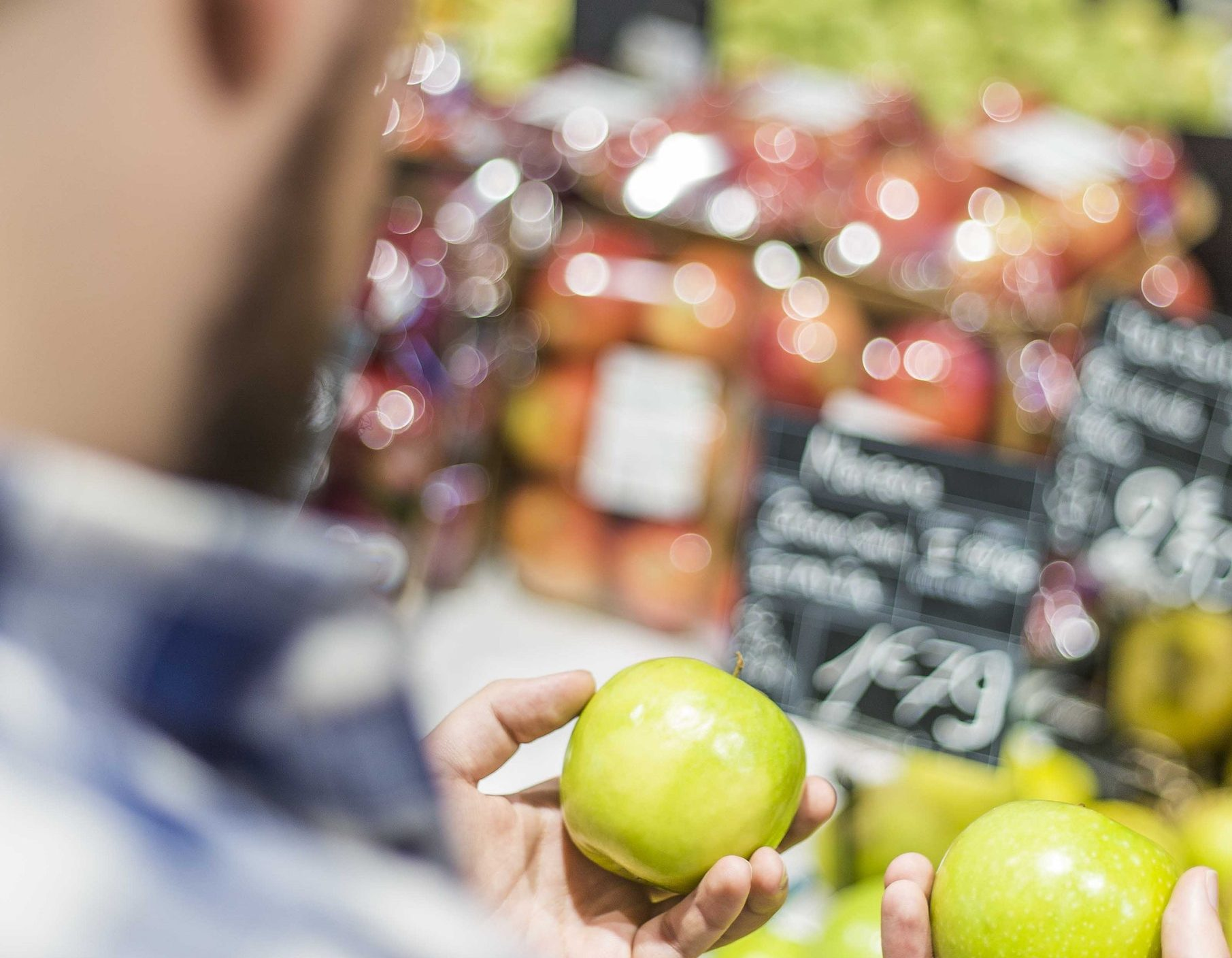 Mężczyzna jabłko w dłoni /Ilustracja do tekstu: 4 sposoby na regerację nasienia