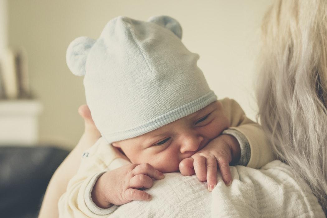 Dziecko w ramionach mamy /Ilustracja do tekstu: 67-latka w ciąży bliźniaczej z in vitro