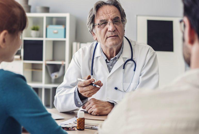 Lekarz rozmawia z parą podczas konsultacji /Ilustracja do tekstu: Po jakim czasie starań udać się do specjalisty od niepłodności?