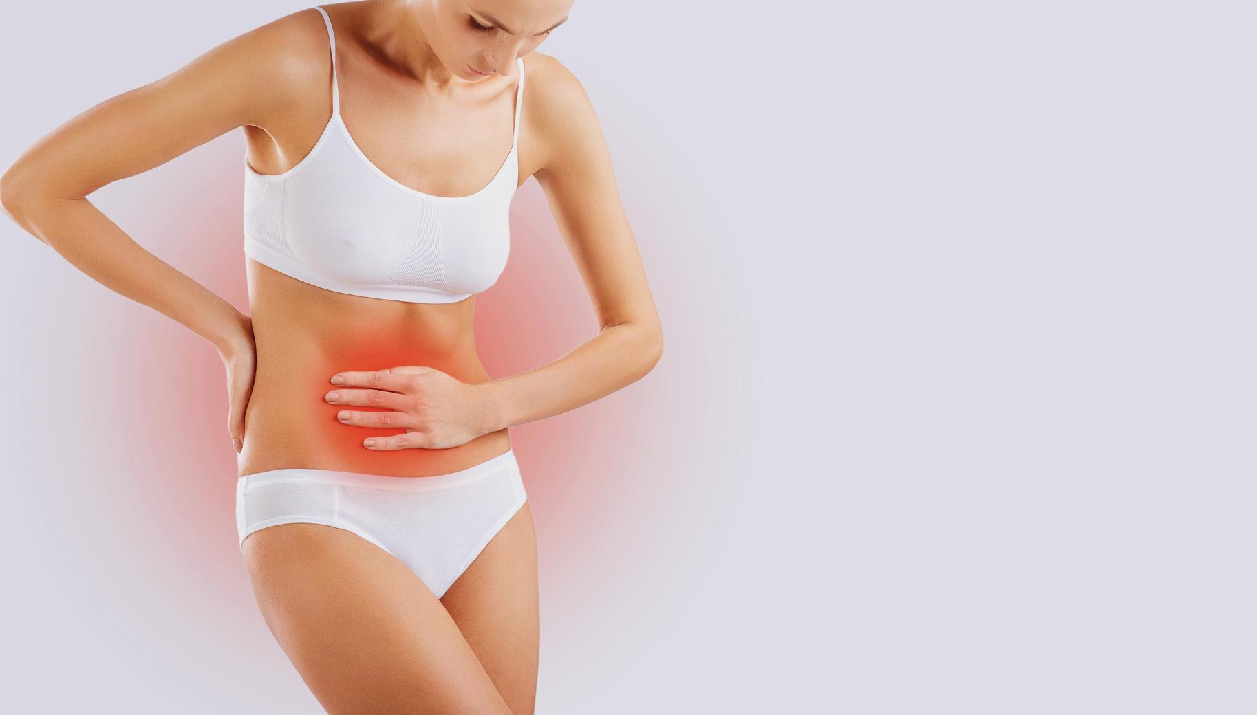 Zdjęcie koncepcyjne: Kobieta trzymająca się za bolący brzuch / Dysbioza jelitowa a endometrioza i niepłodność