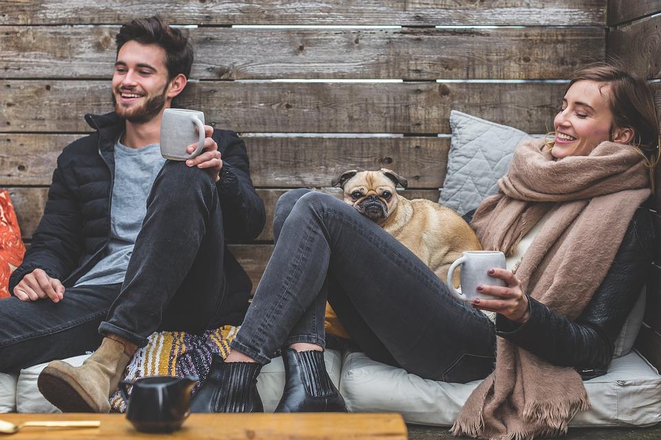 Para z psem w drewnianym domku zimą /Ilustracja do tekstu: Globalne ocieplenie a niepłodność męska