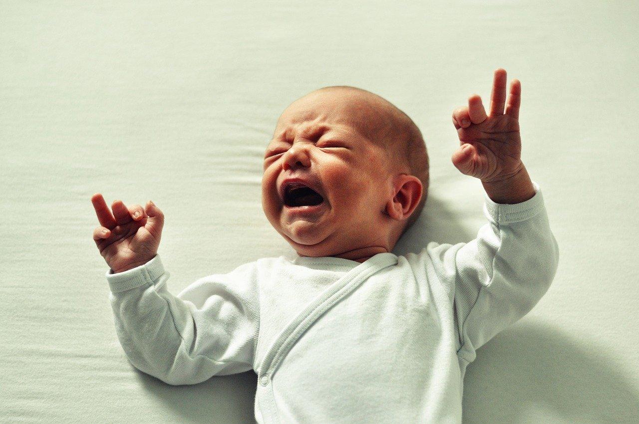 Kolka u niemowlaka - czy umiesz ją rozpoznać? Wiesz jak pomóc dziecku? [QUIZ]