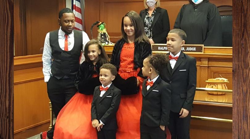 Samotny 29-latek adoptował pięcioro dzieci